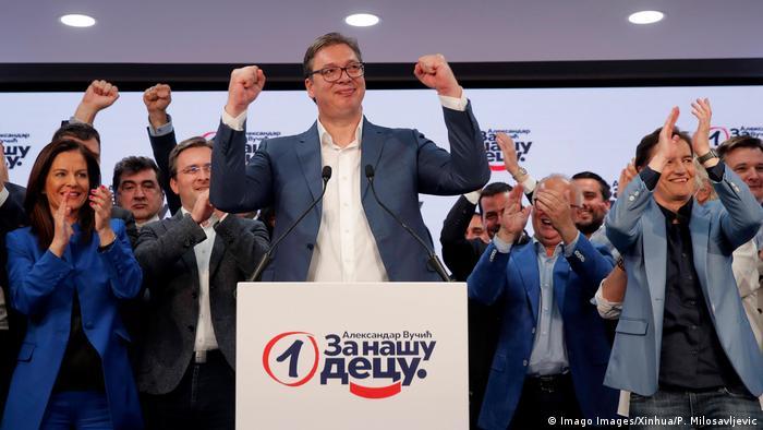 Der serbische Präsident Aleksandar Vučić feiert den Sieg seiner Serbischen Fortschrittspartei SNS bei den Parlamentswahlen nach einer Pressekonferenz in der Zentrale der Partei in Belgrad am 21.07.2020