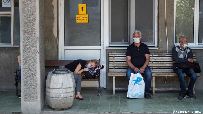 Čekanje ispred Infektivne klinike u Beogradu