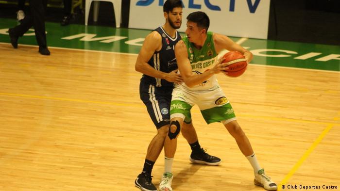 Daniel Arcos bei einem Basketballmatch des Clubs Deportes Castro