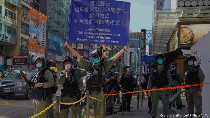 Hongkong | Protest | Polizeibeamte (picture-alliance/AP Photo/V. Yu)