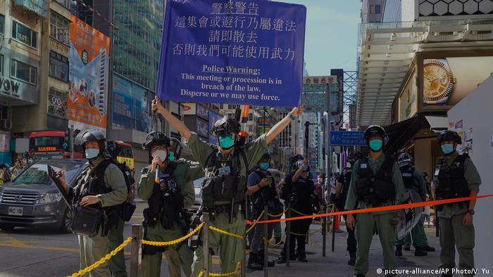 Policiais tentam impedir protesto pró-democracia em Hong Kong