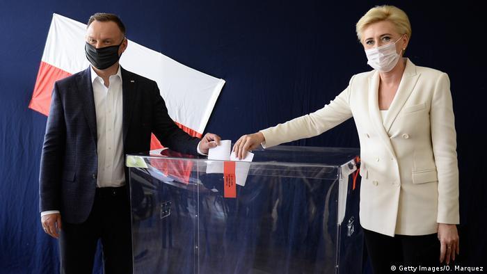 Presidente polonês, Andrzej Duda e mulher, Agata depositam votos na urna