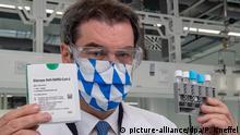 مارکوس زودر رهبر حزب سوسیال مسیحی و نخست وزیر ایالت بایرن آلمان با داروی ضد کووید در دستش