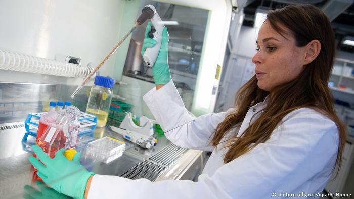Сотрудница Института вирусологии Технического университета Мюнхена в лаборатории