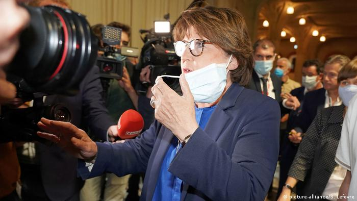 Martine Aubry speaks to media while wearing a mask