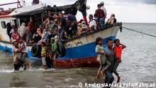 Indonesien Rohinga Flüchtlinge landen in Aceh