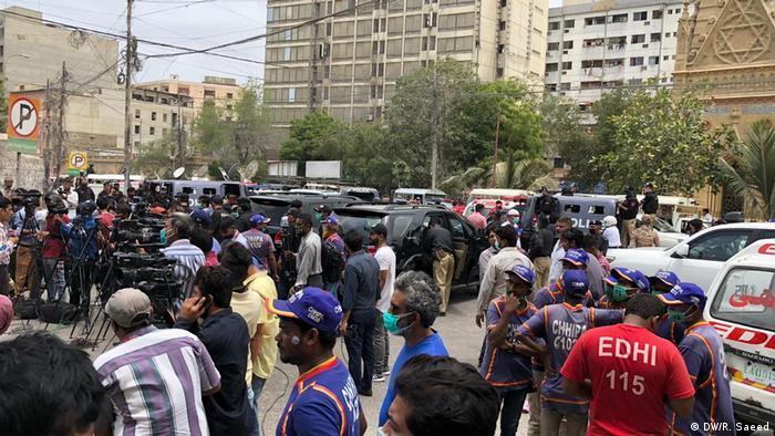 Возле здания биржи в Карачи