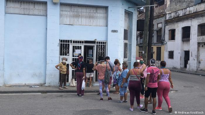Las colas en Cuba para comprar alimentos y productos de primera necesidad son un peligro de contagio de COVID-19.
