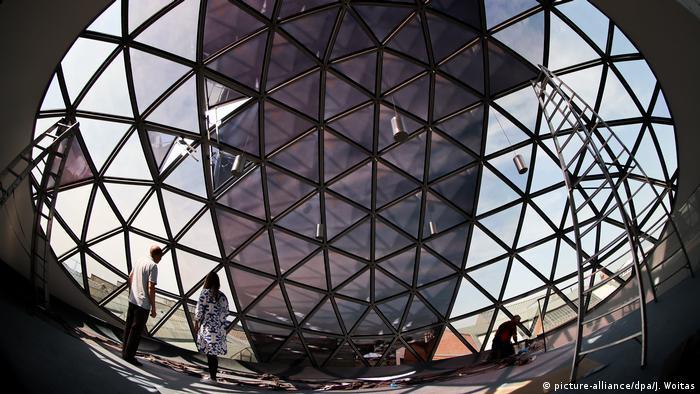BdT - Kugel-Café von Oscar Niemeyer (picture-alliance/dpa/J. Woitas)