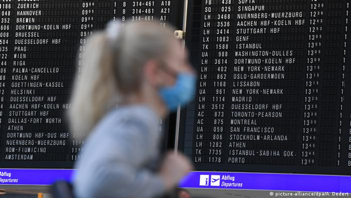 Женщина в маске в аэропорту Франкфурта-на-Майне