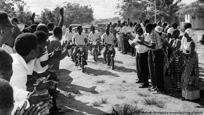 Members of the Muluba Solidarty Movement ride in on bikes in DR Congo in 1959 prior to independence (picture-alliance/akg-images)