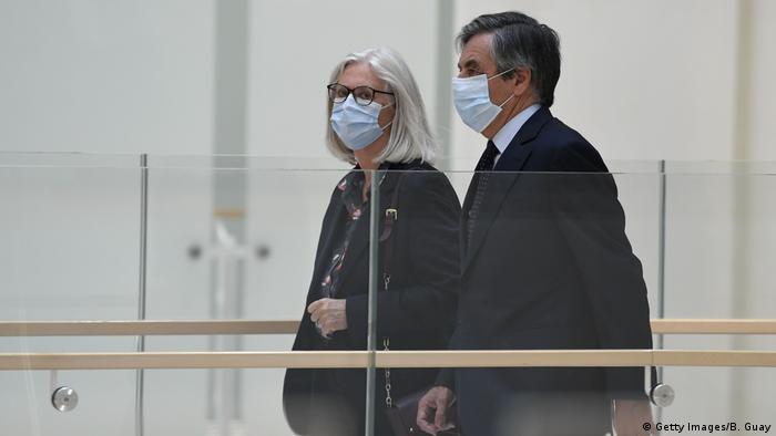 Франсуа та Пенелопа Фійон у будівлі суду