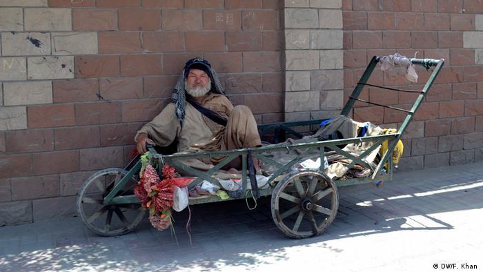 Pakistan Schwierigkeiten von afghanischen Flüchtlingen (DW/F. Khan )