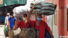 Träger am Bahnhof in Neu Delhi, Indien