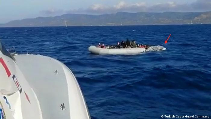 Сдувающаяся шлюпка с беженцами после нападения, 5 июня 2020 года