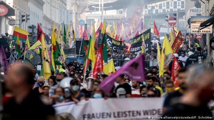 Демонстрация курдских и левых активистов 27 июня 2020 года в Вене, после которой возникли потасовки между курдами и сторонниками Эрдогана