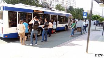 Пассажиры садятся в троллейбус
