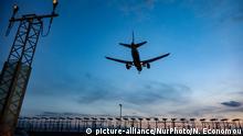 England Landung eines Flugzeugs am Flughafen London Heathrow