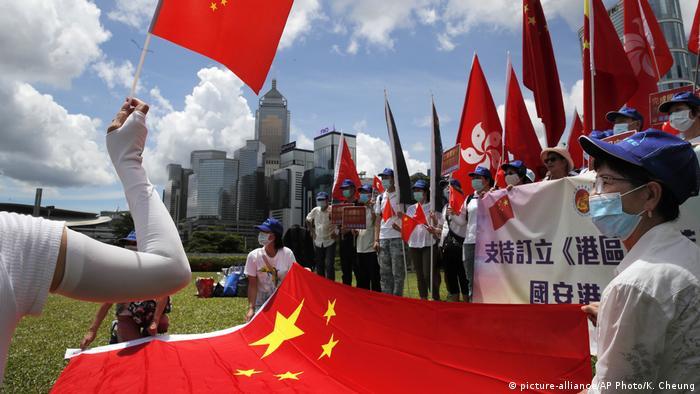 Hongkong Pro-Chinesische Demonstranten feiern das neue Sicherheitsgestz