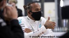HANDOUT - 09.06.2020, Großbritannien, Brackley: ARCHIV - Fahrer Lewis Hamilton (r) vom Mercedes-AMG Petronas Formel 1 Team bei den Formel-1-Testfahrten in Silverstone. (zu dpa «Kleinere Teams, Masken, keine Promis: Die Formel 1 während Corona» am 30.06.2020) Foto: Steve Etherington/MediaPortal Daimler AG/dpa - ACHTUNG: Nur zur redaktionellen Verwendung im Zusammenhang mit der aktuellen Berichterstattung und nur mit vollständiger Nennung des vorstehenden Credits +++ dpa-Bildfunk +++   Verwendung weltweit