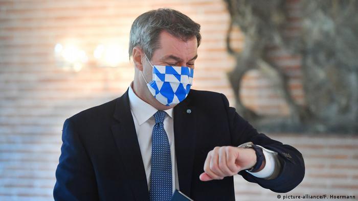 Bayerns Ministerpräsident Markus Söder trägt Schutzmaske