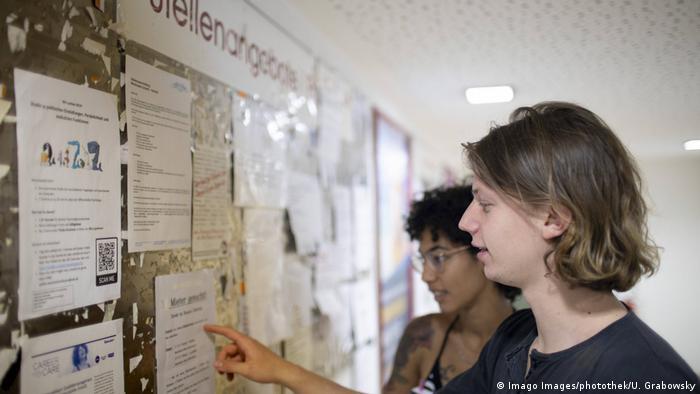 دانشجویان در جستجوی آگهیهای کار دانشجویی