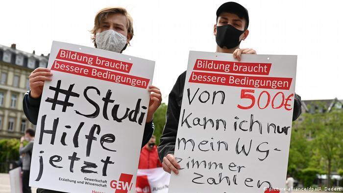 طلبة أجانب في مدينة فيسبادن الألمانية يطالبون بمنحهم مساعدات بسبب تأثرهم بأزمة كورونا.