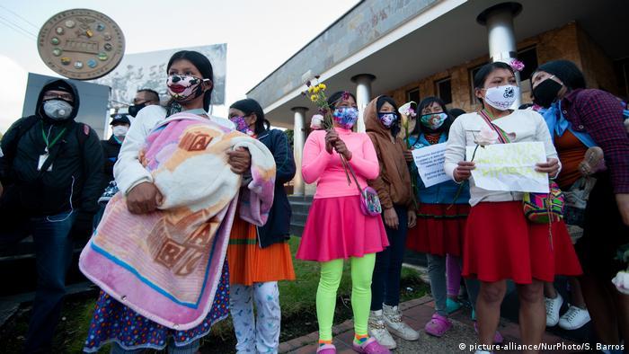 Indígenas Embera protestan frente a la guarnición militar Cantón Norte de Bogotá contras las violaciones cometidas por militares.