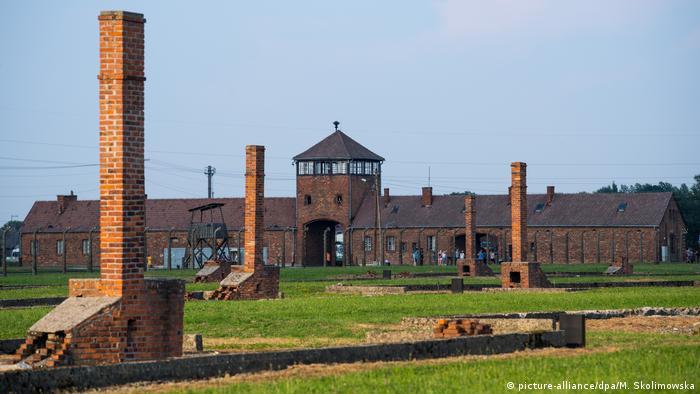 Der Eingangsbereich und die Baracken-Schornsteine des früheren Vernichtungslagers Auschwitz-Birkenau (Foto: picture-alliance/dpa/M. Skolimowska)