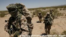 ARCHIV - 22.05.2009, ---: HANDOUT - Ein Trupp der Kommando Spezialkräfte (KSK) beim Marsch in der Wüste, während der Klimazonenausbildung. (zu dpa «Deutsche Kommandosoldaten bilden in vier Staaten Spezialeinheiten») Foto: F. Nägele/Bundeswehr/dpa - ACHTUNG: Nur zur redaktionellen Verwendung und nur mit vollständiger Nennung des vorstehenden Credits +++ dpa-Bildfunk +++ |