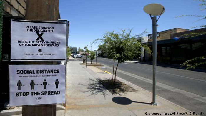 Placa sobre distanciamento social em Phoenix, no Arizona