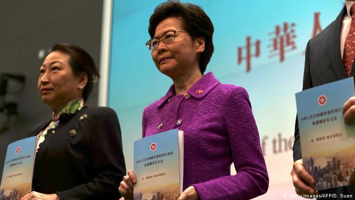 Hongkong | Tag des 23 Jubiläum der Übergabe an China: Carrie Lam mit Kopie des neuen Sicherheitsgesetzes (Getty Images/AFP/D. Suen)