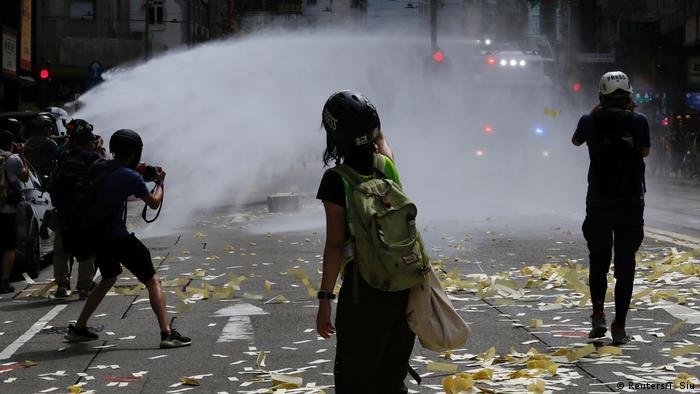 Hongkong | Pro-Democracy Proteste am Tag des 23 Jubiläum der Übergabe an China: Polizei setzt Wasserwerfer ein (Reuters/T. Siu)