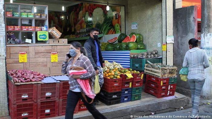 Loja vendendo frutas e legumes em favela