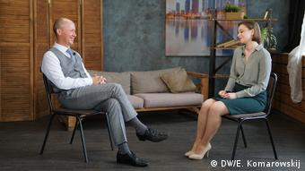 Валерий Цепкало во время интервью корреспонденту DW Александре Богуславской