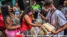 Doações de alimentos em favela no Rio de Janeiro