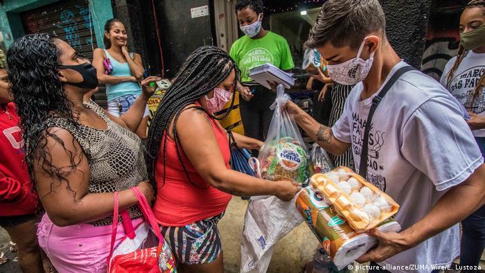 Distribuição de alimentos em favela do Rio de Janeiro