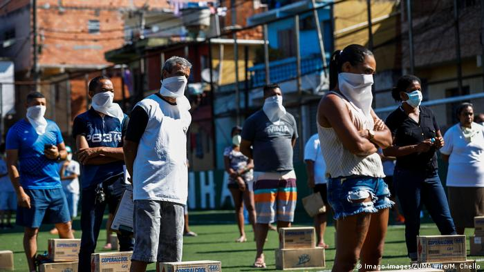 Residents of the Paraisopolis Favela receive medical instructions about coronavirus prevention (Imago Images/ZUMA Wire/M. Chello)