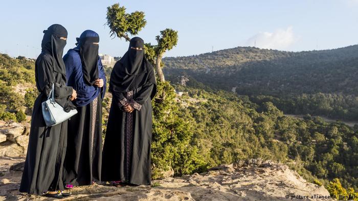 نساء سعوديات على جبل السودة بالقرب من أبها.