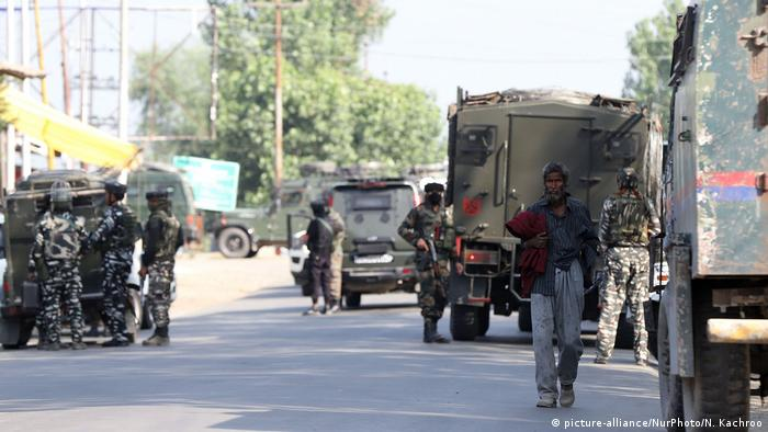Indian security forces near the site where militants attacked the CRPF in Sopore (picture-alliance/NurPhoto/N. Kachroo)