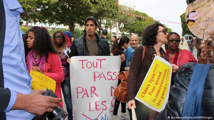 Anti-racism protesters hold signs in Tunis (picture-alliance/AA/Stringer)