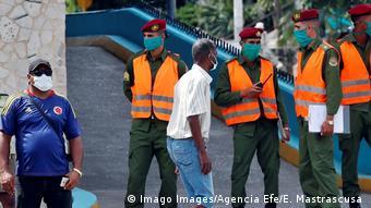 Policía en La Habana.