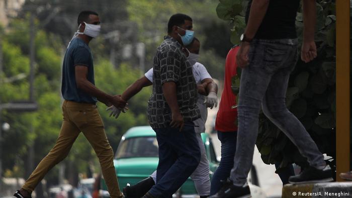 El pasado 30 de junio, un hombre es detenido en el lugar de la protesta planeada contra la violencia policial en la Habana.)