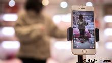 China Wuhan | Eine Moderatorin präsentiert Waren über Online Broadcast