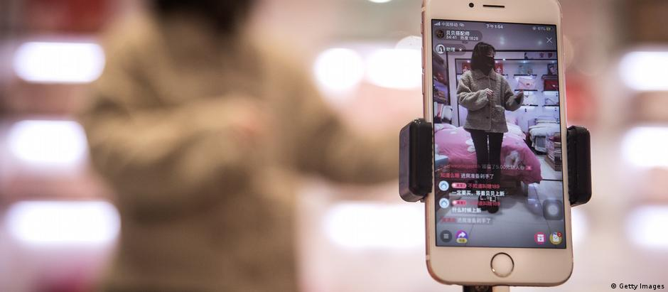 China Wuhan | Eine Moderatorin präsentiert Waren über Online Broadcast (Getty Images)