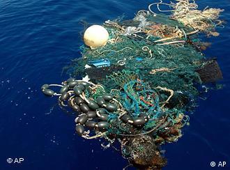 Desechos de plástico flotan en el Océano Pacífico.