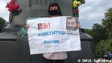 Das Foto (die Fotos) hat unsere Korrespondentin Evlalia Samedova in Moskau am 1.7.2020 gemacht. Das Foto (die Fotos) darf/dürfen auf DW-Seiten veröffentlicht werden. Thema: Proteste gegen Verfassungsänderungen in Russland. Stichworte: Russland, Verfassungsänderung, Abstimmung über Verfassungsänderungen, Proteste Bildbeschreibung (Moskau 1): Teilnehmerin einer Protestaktion gegen Verfassungsänderungen in Russland vor dem Puschkin-Denkmal im Zentrum von Moskau am 1. Juli 2020. In den Händen hält sie einen Plakat: Ich/wir - Verfassung Russlands und Foto des inzwischen verstorbenen Aktivisten Mochnatkin Bildbeschreibung (Moskau 2): Teilnehmer einer Protestaktion gegen Verfassungsänderungen in Russland im Zentrum von Moskau am 1. Juli 2020. Er wirft Putin Lügen in Bezug auf Verbesserung sozialer Leistungen in Russland vor Zulieferung durch Andreas Brenner