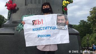 Участница акции против поправок к конституции на Пушкинской площади в Москве