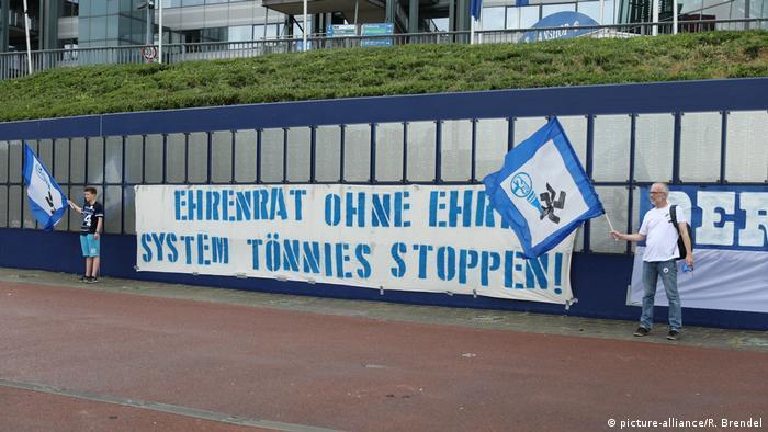 Navijači Schalke 04 prosvjeduju protiv Tönniesa