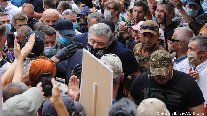 В оточенні своїх прихильників Порошенко прийшов до Печерського суду